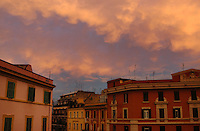 Antenne televisive sopra i tetti e le terrazze dei palazzi a Roma..Aerial television on the roofs and terraces of the buildings in Rome......