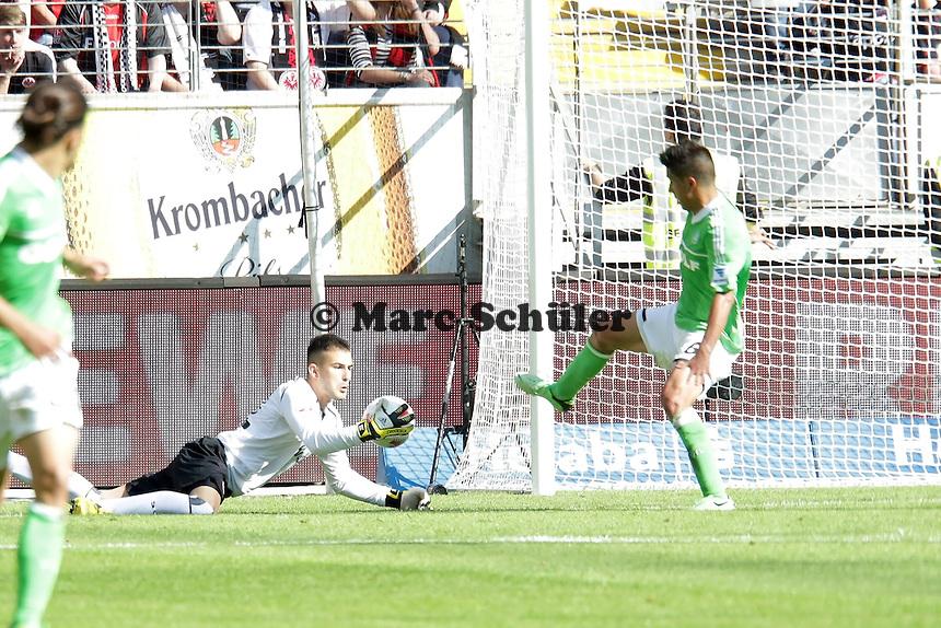 Aykut Özer (Eintracht) unterläuft ein Fehler, aber er haelt gegen Vieirinha (Wolfsburg)