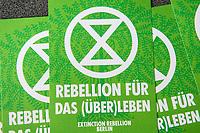 """Auf einer Pressekonferenz erklaerte die Umweltschutzorganisation Extinction Rebellion (XR) am Freitag den 12. Juni 2020 in Berlin ihre Ziele ihrer sog. """"Rebellionswelle"""" der Presse.<br /> Ab Montag den 15. Juni sollen zahlreiche Aktionen in ueber 40 deutschen Staedten stattfinden. Die Aktionen laufen unter dem Motto """"#WeiterSoWarGestern"""" und sollen sich an Konzerne, Regierungen und Lobbyverbaende richten. Aktionen des zivilen Ungehorsams sollen in allen Bundeslaendern stattfinden.<br /> Im Bild: Flyer von Extinction Rebellion.<br /> 12.6.2020, Berlin<br /> Copyright: Christian-Ditsch.de<br /> [NUR FUER REDAKTIONELLE ZWECKE! Werbung nur auf Anfrage beim Fotografen. Inhaltsveraendernde Manipulation des Fotos nur nach ausdruecklicher Genehmigung des Fotografen. Vereinbarungen ueber Abtretung von Persoenlichkeitsrechten/Model Release der abgebildeten Person/Personen liegen nicht vor. NO MODEL RELEASE! Don't publish without copyright Christian-Ditsch.de, Veroeffentlichung nur mit Fotografennennung, sowie gegen Honorar, MwSt. und Beleg. Konto: I N G - D i B a, IBAN DE58500105175400192269, BIC INGDDEFFXXX, Kontakt: post@christian-ditsch.de<br /> Bei der Bearbeitung der Dateiinformationen darf die Urheberkennzeichnung in den EXIF- und  IPTC-Daten nicht entfernt werden, diese sind in digitalen Medien nach §95c UrhG rechtlich geschuetzt. Der Urhebervermerk wird gemaess §13 UrhG verlangt.]"""