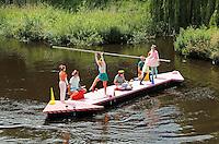 Nederland Den Bosch  2016 . De Bosch Parade op rivier de Dommel. De Bosch Parade is een evenement in 's-Hertogenbosch. De optocht bestaat uit varende kunstwerken. Alle werken zijn geïnspireerd op de kunst van Jheronimus Bosch. Vaartuig De Wave . Foto  Berlinda van Dam / Hollandse Hoogte