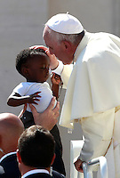 Papa Francesco saluta un bambino al termine dell'udienza generale del mercoledi' in Piazza San Pietro, Citta' del Vaticano, 3 settembre 2014.<br /> Pope Francis greets a baby at the end of his weekly general audience in St. Peter's Square at the Vatican, 3 September 2014.<br /> UPDATE IMAGES PRESS/Isabella Bonotto<br /> <br /> STRICTLY ONLY FOR EDITORIAL USE