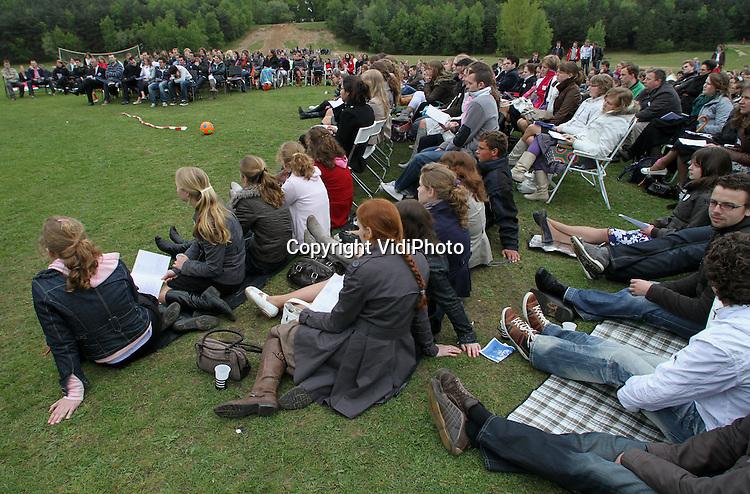 Foto: VidiPhoto..LUNTEREN - Op tal van plaatsen in Nederland is donderdag door christenen aandacht besteed aan Hemelvaartsdag. Dan wordt herdacht dat Jezus na Zijn kruisiging en opstanding uit de dood, als Zoon van God naar de hemel is opgevaren. In de bossen bij Lunteren vierde de Hersteld Hervormde Jongerenorganisatie HHJO (orthodox hervormd) donderdagmiddag met zo'n 400 aanwezigen Hemelvaartsdag met liederen en een preek.