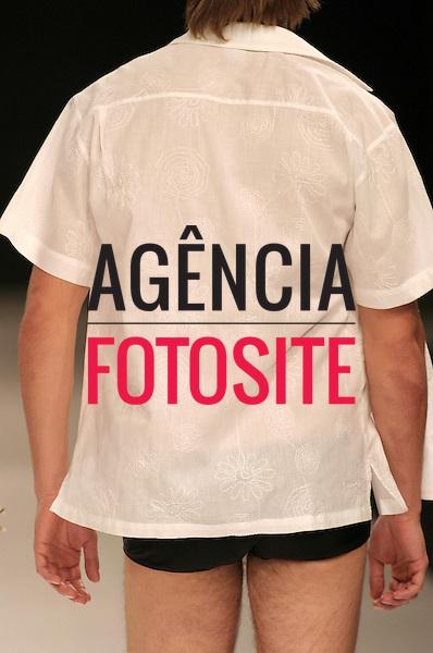 Rio de Janeiro, Brasil – 09/07/2003 - Detalhes do desfile de Complexo B durante o Fashion Rio -  verão 2004. Foto: Agência Fotosite