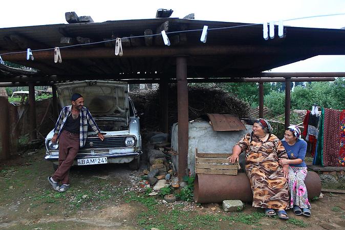 Eine meschetische Familie in Nasakirali, Georgia. / A Meskhetian family in Nasakirali, Georgia.
