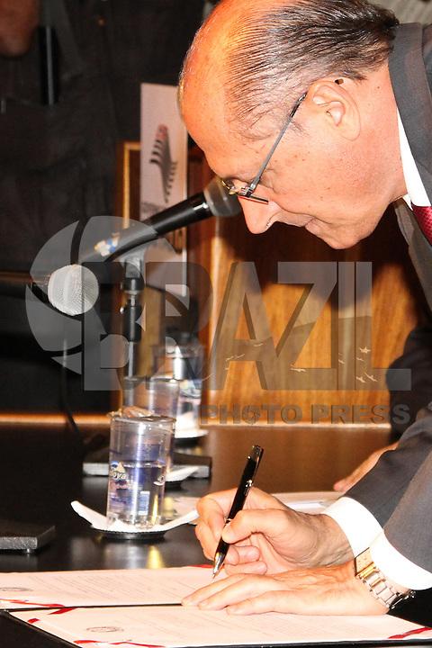 SÃO PAULO, SP - 17.01.14 - GOVERNADOR GERALDO ALCKMIN - O Gov. Geraldo Alckmin durante sanção do Projeto de Lei que cassa o registro de empresas envolvidas em receptação de carga roubada, na sede da Fetcesp, sito à  Rua da Gávea, 1390 - Vila Maria, zona norte de São Paulo, na tarde desta sexta-feira, (17). (Foto: Geovani Velasquez / Brazil Photo Press)