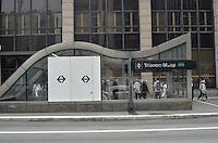SAO PAULO, 12 DE JUNHO DE 2013 -DESTRUICAO PROTESTO TARIFA - Tapumes são vistos, na manhã desta quarta feira, 12, cobrindo o local onde vidros da estação Trianon, da linha verde do Metro, foram quebrados na noite de ontem (11) durante protesto contra o aumento da tarifa do transporte público, na Avenida Paulista, região central da capital. (FOTO: ALEXANDRE MOREIRA / BRAZIL PHOTO PRESS)
