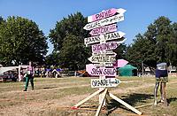 Nederland - Zaandam - 2018.  Buurtcamping in Burgemeester In 't Veldpark. Borden met de namen van sponsoren. Foto Berlinda van Dam / Hollandse Hoogte