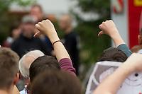 Ca. 20 NPD-Anhaenger marschierten am Samstag den 18. Mai 2013 zum Fluechtlingsheim in Wandlitz. Dort wurden sie von etwa 200 Buergern aus Wandlitz mit Laerm aus Troeten, Livemusik und Kochtoepfen empfangen. Von der NPD-Veranstaltung war ob des Laerms kein Wort zu verstehen und die Neonazis zogen entnervt wieder ab.18.5.2013, Wandlitz<br />Copyright: Christian-Ditsch.de<br />[Inhaltsveraendernde Manipulation des Fotos nur nach ausdruecklicher Genehmigung des Fotografen. Vereinbarungen ueber Abtretung von Persoenlichkeitsrechten/Model Release der abgebildeten Person/Personen liegen nicht vor. NO MODEL RELEASE! Don't publish without copyright Christian-Ditsch.de, Veroeffentlichung nur mit Fotografennennung, sowie gegen Honorar, MwSt. und Beleg. Konto:, I N G - D i B a, IBAN DE58500105175400192269, BIC INGDDEFFXXX, Kontakt: post@christian-ditsch.de<br />Urhebervermerk wird gemaess Paragraph 13 UHG verlangt.]