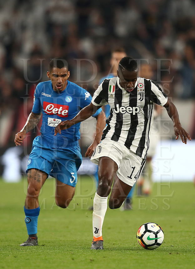 Calcio, Serie A: Juventus - Napoli, Torino, Allianz Stadium, 22 aprile, 2018.<br /> Juventus' Blaise Matuidi (r) in action with Napoli's Allan Marques Loureiro (l) during the Italian Serie A football match between Juventus and Napoli at Torino's Allianz stadium, April 22, 2018.<br /> UPDATE IMAGES PRESS/Isabella Bonotto