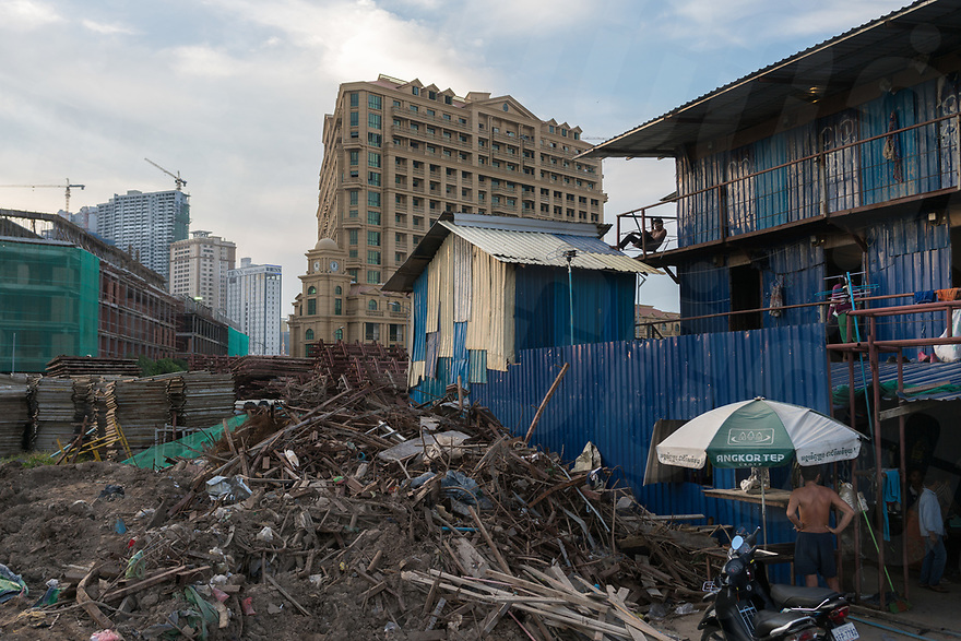 """September 08, 2017 - Phnom Penh (Cambodia). View of the temporary shacks used by workers employed in the construction of the $150 million commercial and residential project """"The Élysée"""" on Koh Pich island. © Thomas Cristofoletti / Ruom"""