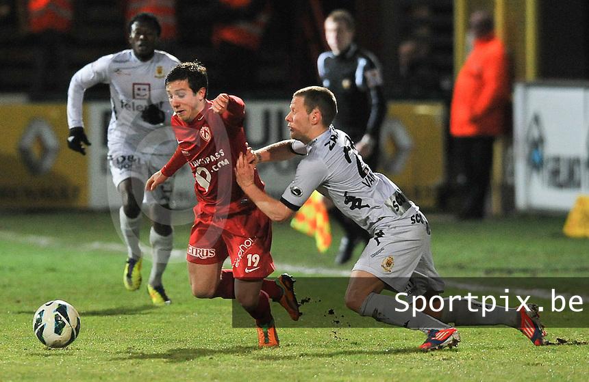 KV Kortrijk - KV Mechelen : Anthony Van Loo hangt aan Brecht Dejaegere.foto VDB / BART VANDENBROUCKE