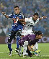 BOGOTA - COLOMBIA -07 -02-2015: Fernando Uribe (Izq) jugador de Millonarios disputa el balón con Juan Castillo (Der) arquero y Carlos Henao (C) jugador de Patriotas durante partido entre Millonarios y Patriotas FC por la fecha 2 de la Liga Aguila I-2015, jugado en el estadio Nemesio Camacho El Campin de la ciudad de Bogota. / Fernando Uribe (L) of Millonarios vies for the ball with goalkeeper Juan Castillo (R) and player Carlos Henao (C) of Patriotas during the match between Millonarios and Patriotas FC for the  date 1 of the Liga Aguila I-2015 at the Nemesio Camacho El Campin Stadium in Bogota city, Photo: VizzorImage / Gabriel Aponte / Staff.
