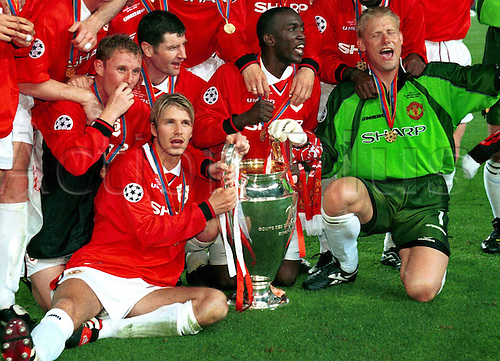 26.05.1999  Nou Camp, Barcelona, Spain. Manchester United team celebrate their win against Bayern Munich in the 1999 European Cup final. Manchester United scored two late goals, in injury time to win the final by a score of 2-1. Nicky Butt, Dennis Irwin, Dwight Yorke and Keeper Peter Schmeichel, David Beckham;