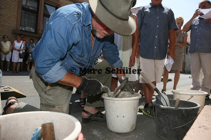 Künstler Gunter Demnig bei der Stolpersteinverlegung für die Familie Kahn - Stolpersteinverlegung in Geinsheim