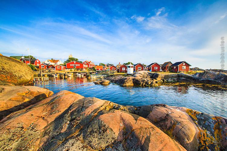 Röda fiskebodar och klippor på Landsort i Stockholms södra skärgård.