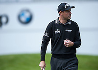 19.05.2015. Wentworth, England. BMW PGA Golf Championship. Practice Day. David Howell chips at 18th hole during the practice round of the 2015 BMW PGA Championship from The West Course Wentworth Golf Club
