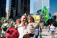 SAO PAULO, SP, 17.07.2016 -PROTESTO-SP - Integrantes do movimento Vem Pra Rua, promovem distribuição de bandeiras do Brasil em frente a sede da FIESP, em protesto contra a proibição da prefeitura de exibir a bandeira nacional na fachada do prédio na avenida Paulista, nesse domingo 17. ( Foto: Gabriel Soares/ Brazil Photo Press)