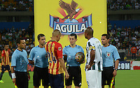 MEDELLÍN -COLOMBIA-31-01-2015. Andres Rojas arbitro durante los actos protocolarios con Alexis Henriquez (Der) jugador de Atlético Nacional y Samuel vanegas (Izq) jugador de Aguilas Pereira previo al partido por la fecha 1 de la Liga Aguila I 2015 jugado en el estadio Atanasio Girardot de la ciudad de Medellín./ Andres Rojas referee during the formal events with Alexis Henriquez (R) player of Atletico Nacional  fights for the ball with Samuel Vanegas (L) player of Aguilas Pereira during the match for the  first date of the Aguila League I 2015 at Atanasio Girardot stadium in Medellin city. Photo: VizzorImage/León Monsalve/STR