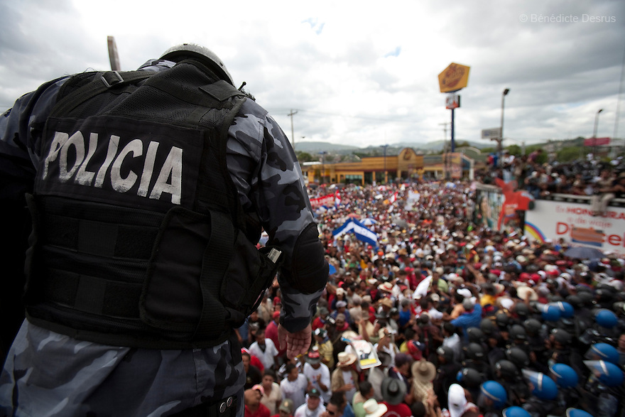 5 July 2009 - Tegucigalpa, Honduras - Thousands of supporters of ousted Honduras' President Manuel Zelaya stand off with honduran police and soldiers during a protest at the entrance of the international airport in Tegucigalpa, capital of Honduras, to greet the return of ousted Honduran President Manuel Zelaya. Zelaya turned back from an attempted return home on Sunday after soldiers clashed with his supporters as he tried to land, fueling tensions over the coup that toppled him. Photo credit: Benedicte Desrus