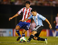 ASUNCION – PARAGUAY – 10-09-2013: Marcos Caceres  (Izq.) jugador de Paraguay, disputa el balón con Sergio Agüero (Der.) jugador  de Argentina, durante partido en el estadio Defensores del Chaco en Asuncion, Paraguay, septiembre10 de 2013. Los seleccionados de Paraguay y Argentina disputan partido en la fecha diez y seis por la clasificatoria a la Copa Mundo FIFA Brasil 2014. (Foto: Photogamma / Javier Garcia M. /VIzzorImage).  Marcos Caceres  (L) jugador from Paraguay, fights for the ball with Sergio Agüero (R) player  from Argentina during game at the Defensores del Chaco Stadium in Asuncion Paraguay, September 10, 2013. The Paraguay and Argentina teams dispute a game on the date sixteen qualifying to the FIFA World Cup Brazil 2014. (Photo: Photogamma / Javier Garcia M. /VIzzorImage)