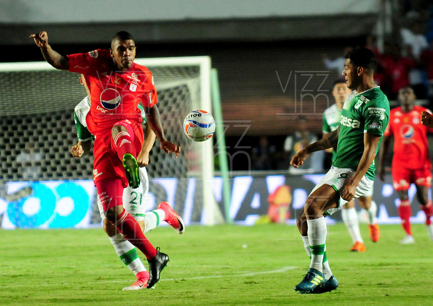 CALI- COLOMBIA, 27-8-2017:Elkin Blanco(Izq.) jugador del América de Cali  disputa el balón con Jefferson Duque (Der.) jugador del Deportivo Cali durante partido partido por la fecha 10 de la Liga Aguila II 2017 jugado en el estadio Pascual Guerrero de la ciudad de Cali. / Elkin Blanco  (L) player of América de Cali fights for the ball with Jefferson Duque (R) player of Deportivo Cali during match for the date 10 of the Liga Aguila II 2017played at the Pascual Guerrero Stadium in Cali city. Photo: Vizzorimage / Nelson Rios / Stringer