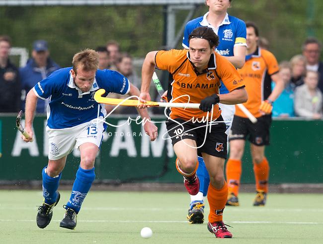 EINDHOVEN - HOCKEY - Thomas Briels van OZ is te snel voor Ramon Alegre (l) van Kampong tijdens de derde wedstrijd van halve finale van de play off in de mannen hoofdklasse hockeywedstrijd tussen Oranje Zwart en Kampong (4-0). OZ bereikt de finale. FOTO KOEN SUYK