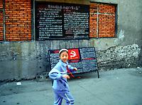 Am Yangtze-Fluss in der Provinz Hubei / China<br /> Die chinesische Regierung plant in der Provinz Hubei den Yangtze-Fluss mit einem Staudamm zur Stromgewinnung aufzustauen. Dabei werden ca. 3 Millionen Menschen umgesiedelt.<br /> Hier: Ein Maedchen in Zigui. Der Ort wird vom Staudamm ueberspuelt werden und mehrere tausend Menschen verlieren ihre Heimat.<br /> 1992, Zigui, Provinz Hubei / China<br /> Copyright: Christian-Ditsch.de<br /> [Inhaltsveraendernde Manipulation des Fotos nur nach ausdruecklicher Genehmigung des Fotografen. Vereinbarungen ueber Abtretung von Persoenlichkeitsrechten/Model Release der abgebildeten Person/Personen liegen nicht vor. NO MODEL RELEASE! Nur fuer Redaktionelle Zwecke. Don't publish without copyright Christian-Ditsch.de, Veroeffentlichung nur mit Fotografennennung, sowie gegen Honorar, MwSt. und Beleg. Konto: I N G - D i B a, IBAN DE58500105175400192269, BIC INGDDEFFXXX, Kontakt: post@christian-ditsch.de<br /> Urhebervermerk wird gemaess Paragraph 13 UHG verlangt.]