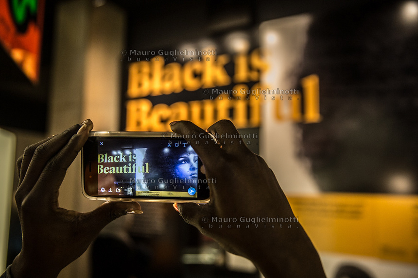 Washington- National Museum of African American History and Culture<br /> Black is beautiful   ripresa con un telefonino