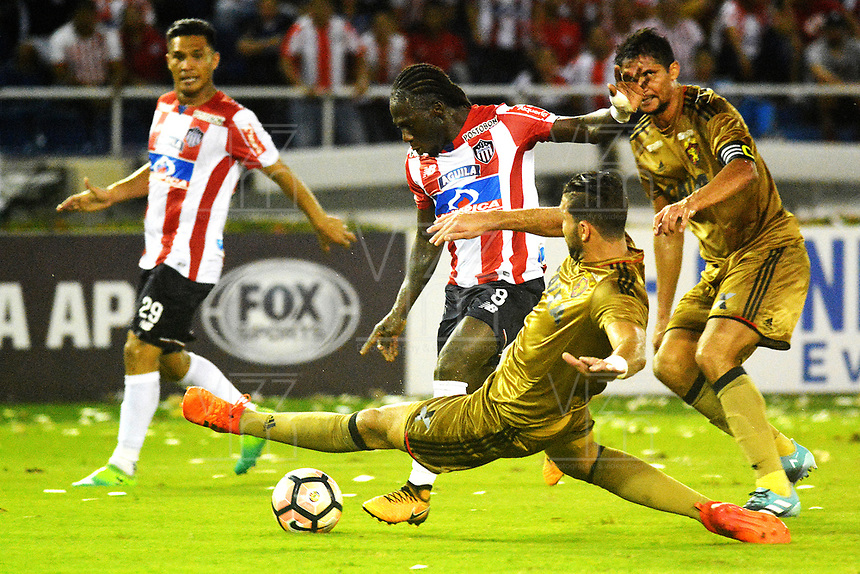 BARRANQUIILLA - COLOMBIA, 02-11-2017: Yimmi Chara (Izq) del Atlético Junior de Colombia disputa el balón con Oswaldo Henriquez (Der) jugador de Sport Recife de Brasil durante partido de vuelta por los cuartos de final, llave 3, de la Copa CONMEBOL Sudamericana 2017  jugado en el estadio Metropolitano Roberto Meléndez de la ciudad de Barranquilla. / Yimmi Chara (L) player of Atlético Junior of Colombia struggles the ball with Oswaldo Henriquez (R) player of Sport Recife of Brazil during second leg match for the final quarters, key 3, of the Copa CONMEBOL Sudamericana 2017played at Metropolitano Roberto Melendez stadium in Barranquilla city.  Photo: VizzorImage/ Alfonso Cervantes / Cont