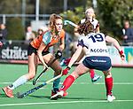 HUIZEN  -  Noor Hakker (Gro) met Daphne Koolhaas (HUI)   , hoofdklasse competitiewedstrijd hockey dames, Huizen-Groningen (1-1)   COPYRIGHT  KOEN SUYK