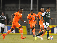 ENVIGADO -COLOMBIA, 21-07-2018: Camilo Mancilla (Izq) jugador de Envigado FC disputa el balón con Jose Sand (Der) jugador de Deportivo Cali durante partido por la fecha 1 de la Liga Águila II 2018 realizado en el Polideportivo Sur de la ciudad de Envigado. / Camilo Mancilla (L) player of Envigado FC fights for the ball with Jose Sand (R) player of Deportivo Cali during match for the date 1 of the Aguila League II 2018 played at Polideportivo Sur in Envigado city.  Photo: VizzorImage/ León Monsalve / Cont