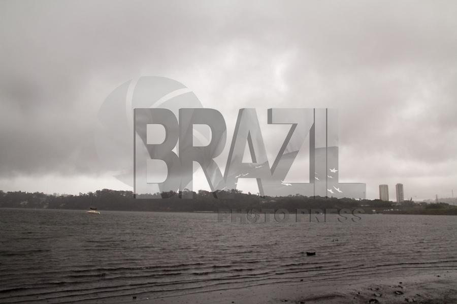 SAO PAULO, SP - 04.12.2014 - CRISE HIDRICA | CHUVA GURAPIRANGA - Volta a chover na Represa do Guarapiranga nesta quinta-feira (04) ap&oacute;s a SABESP anunciar o aumento da produ&ccedil;&atilde;o de &aacute;gua para atender a popula&ccedil;&atilde;o abastecida pelo sistema cantareira. A represa est&aacute; com 32,2% de sua capacidade e o governo anunciou que aumentar&aacute; a produ&ccedil;&atilde;o de &aacute;gua em 1 mil litros por segundo, sendo assim, o sistema passa de 14 mil l/s a 15 mil l/s a produ&ccedil;&atilde;o de &aacute;gua.<br /> <br /> (Foto: Fabricio Bomjardim / Brazil Photo Press)