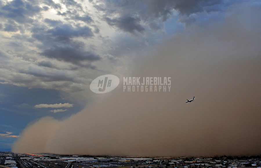 United Airlines aviation commercial airplane airliner plane jet haboob sandstorm dust desert monsoon storm chaser chasing city final approach Phoenix Arizona sand