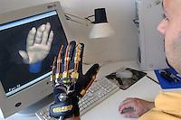 - Scuola Superiore S.Anna di Pisa, polo della ricerca di Pontedera-Valdera, Laboratorio PERCRO (Perceptual Robotics): telepresenza, presenza simultanea, presenza virtuale e interazione fisica con la realtà virtuale, prototipi di guanto per la realtà virtuale interattiva....- Advanced School S.Anna of Pisa, pole of the search of Pontedera-Valdera, Laboratory PERCRO ( Perceptual Robotics ): simultaneous presence , virtual presence and physical interaction with the virtual reality, prototype of glove for the interactive virtual reality