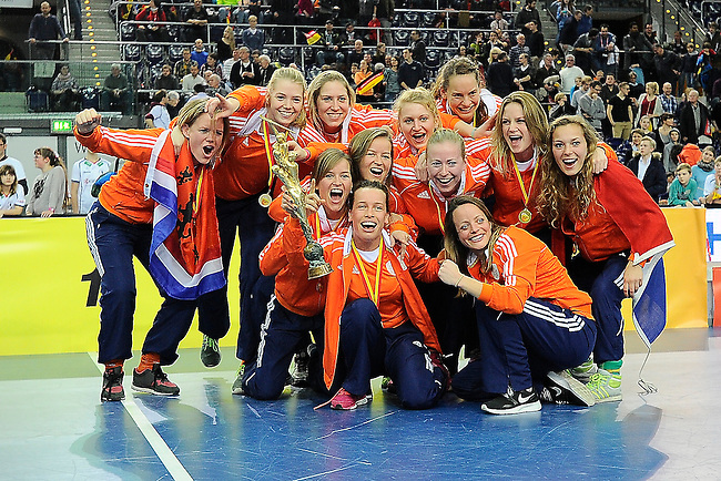 Leipzig, Germany, February 08: Team of The Netherlands presents the World Cup Trophy after defeating Germany 2-1 after shoot-out (0-1, 1-1) to win the FIH Indoor Hockey Women World Cup on February 8, 2015 at the Arena Leipzig in Leipzig, Germany. (Photo by Dirk Markgraf / www.265-images.com) *** Local caption ***