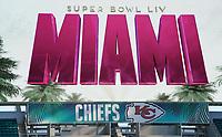 Videowand mit dem Logo des Super Bowl im Innenraum des Hard Rock Stadium bei den Vorbereitungen auf den Super Bowl LIV am 2. Februar zwischen den Kansas City Chiefs und San Francisco 49ers - 22.01.2020: SB LIV im Hard Rock Stadium Miami