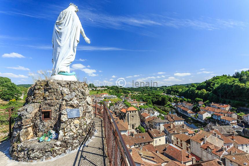 France, Cantal (15), Laroquebrou, vue sur le roc portant une statue de la Vierge et le village en contrebas // France, Cantal, Laroquebrou, view of the village from the top of the rock with a statue of the Virgin