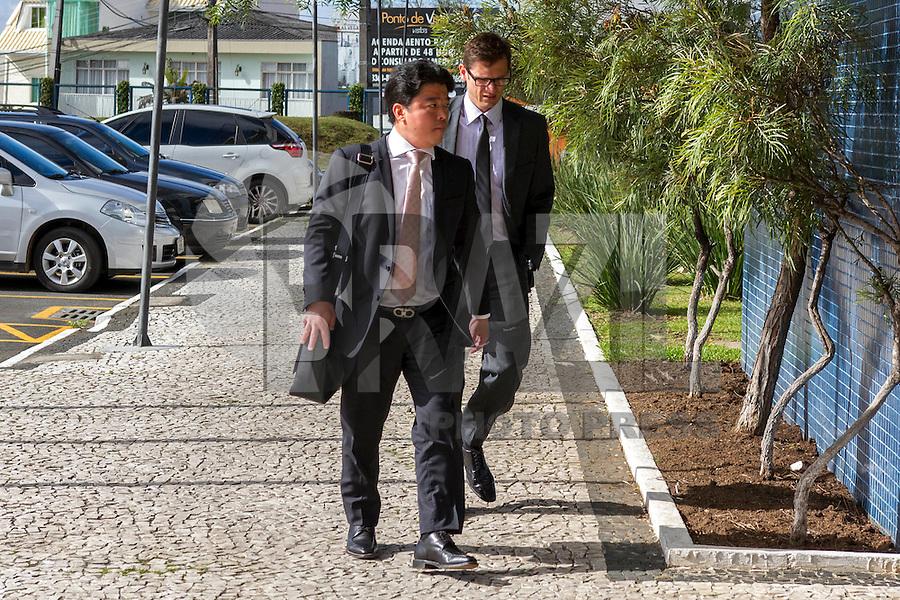 CURITIBA, PR, 18.11.2014 - LAVA-JATO / POLICIA FEDERAL/ CURITIBA -   Advogados dos executivos presos durante a sétima operação Lava-Jato, chegam a sede da Policia Federal em Curitiba na manhã desta terça-feira(17), para acompanhamento dos depoimentos do envolvidos no caso Lava-Jato.(Foto: Paulo Lisboa / Brazil Photo Press)