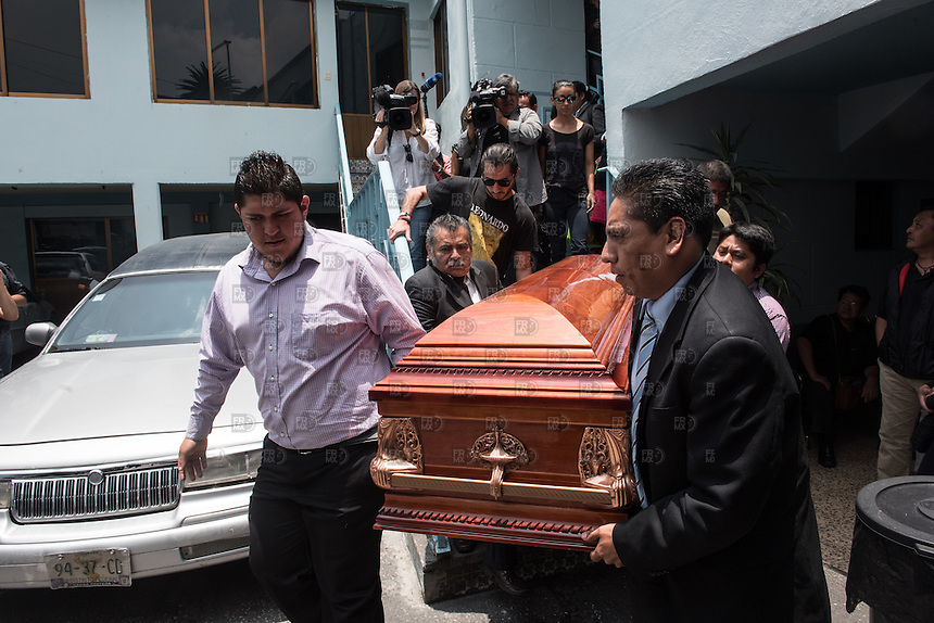 CIUDAD DE MEXICO, D.F. 03 Agosto.- Fotoperiodistas, reporteros y familiares durante el entierro del fotoreportero Rubén Espinosa en el Panteón Jardín de la Ciudad de México. el 03 de Agosto de 2015.  FOTO: ALEJANDRO MELENDEZ