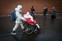 RUSSLAND, Moskau, 12.2010. ©  Sergey Kozmin/EST&OST.Weihnachten mit Vaeterchen Frost. Altersgemaess unterwegs im Rollstuhl auf dem Roten Platz. | Christmas with Father Frost on the Red Square. His age made him choose a wheelchair.