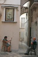 Europe/Italie/La Pouille/Bari: Vie dans la rue - Couple dans les rue de la vieille ville de Bari