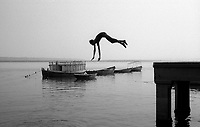 11.2008 Varanasi (Uttar Pradesh)<br /> <br /> Man jumping on Ganga river.<br /> <br /> Homme plongeant dans le Gange.