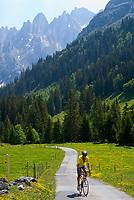 CHE, SCHWEIZ, Kanton Bern, Berner Oberland, oberhalb des Rosenlauitals: Radfahrer beim Anstieg zur Grossen Scheidegg | CHE, Switzerland, Bern Canton, Bernese Oberland, above Rosenlaui valley: cyclist climbing to Grosse Scheidegg
