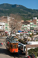 Spanien, Mallorca, Port de Soller: Kuestenort und Endstation der Straßenbahnverbindung von Sóller nach Port de Sóller | Spain, Mallorca, Port de Soller: touristy harbour and final tram stop from Sóller to Port de Sóller
