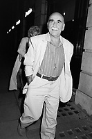 LONDON, UK. c. 1986: Actor Warren Mitchell at party at Langan's Brasserie in London.<br /> © Paul Smith/Featureflash