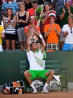 23-05-11, Tennis, France, Paris, Roland Garros, Thomas Schoorel gooit zijn handdoek over zijn hoofd naar zijn fans nadat hij zich heeft geplaatst voor de tweede ronde in zijn eerste Grandslam