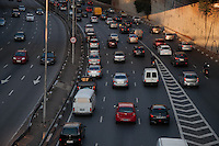SÃO PAULO - SP - 12,08,2014 - TRÂNSITO CAPITAL/SP - O motorista encontra lentidão na    Radial Leste sentido Leste. Região Sul da cidade de São Paulo,nessa terça-feira,12 (Foto:Kevin David/Brazil Photo Press)