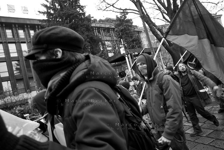 Milano, giornata di sciopero generale. Manifestazione studentesca contro la riforma dell'istruzione. Anarchici --- Milan, general strike day. Student demonstration against the school reform. Anarchist