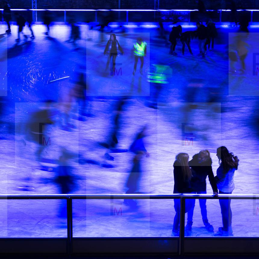 La pista di pattinaggio su ghiaccio vicino alla torre di Londra<br /> <br /> The track of ice skating near the Tower of London<br /> <br /> #6d, #photooftheday #picoftheday #bestoftheday #instadaily #instagood #follow #followme #nofilter #everydayuk #canon #buenavistaphoto #photojournalism #flaviogilardoni <br /> <br /> #london #uk #greaterlondon #londoncity #centrallondon #cityoflondon #londontaxi #londonuk #visitlondon<br /> <br /> #iceskting #toweroflondon