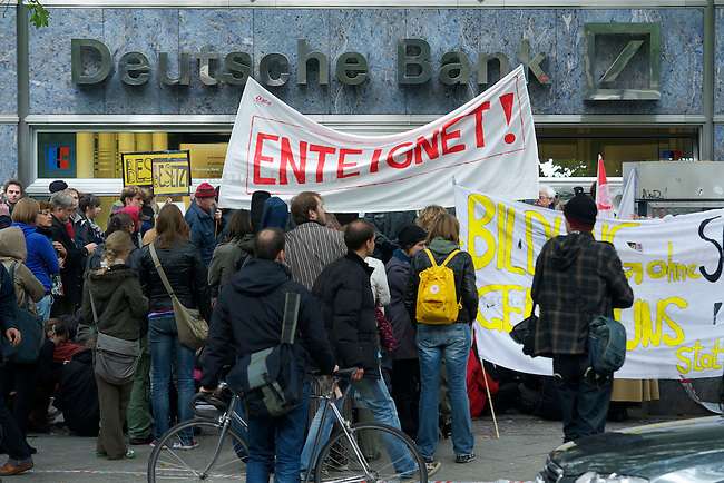 Am Mittwoch den 29. September besetzten anlaesslich eines bundesweiten Bankenaktionstages, mehrere Menschen eine Filiale der Deutschen Bank auf dem Kurfuersten Damm in Berlin. Vor der Bankfiliale versammelten sich etwa 150 Menschen um gegen die Finanzpolitik der Banken und der Bundesregierung zu protestieren. Die Aktion fand statt im Rahmen eines dezentralen bundesweiten<br />Bankenaktionstages, zu dem das globalisierungskritische Netzwerk Attac<br />Deutschland aufgerufen hatte.<br />29.9.2010, Berlin<br />Copyright: Christian-Ditsch.de<br />[Inhaltsveraendernde Manipulation des Fotos nur nach ausdruecklicher Genehmigung des Fotografen. Vereinbarungen ueber Abtretung von Persoenlichkeitsrechten/Model Release der abgebildeten Person/Personen liegen nicht vor. NO MODEL RELEASE! Don't publish without copyright Christian-Ditsch.de, Veroeffentlichung nur mit Fotografennennung, sowie gegen Honorar, MwSt. und Beleg. Konto: I N G - D i B a, IBAN DE58500105175400192269, BIC INGDDEFFXXX, Kontakt: post@christian-ditsch.de Urhebervermerk wird gemaess Paragraph 13 UHG verlangt.]